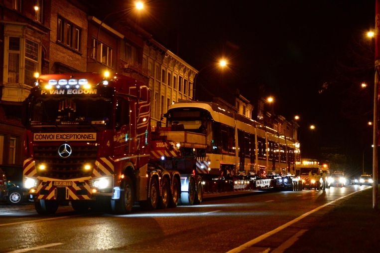 Het transport van de tram op de stadsring.