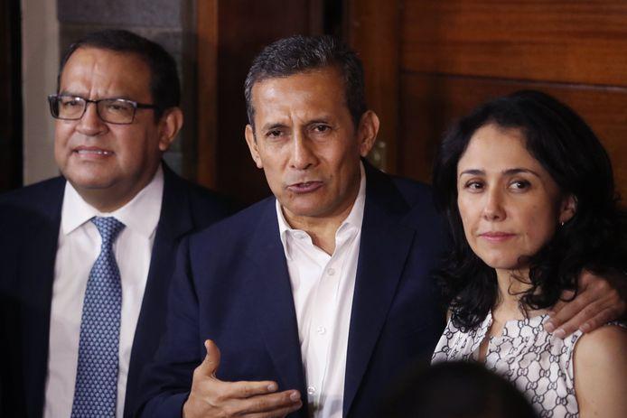 De voormalige Peruaanse president Ollanta Humala (midden) en zijn vrouw Nadine Heredia vorige week tijdens een persconferentie bij hen thuis na hun vrijlating. Inmiddels heeft de openbaar aanklager het paar bevolen hun huis te verlaten, omdat het vermoedelijk met zwart geld werd aangekocht.