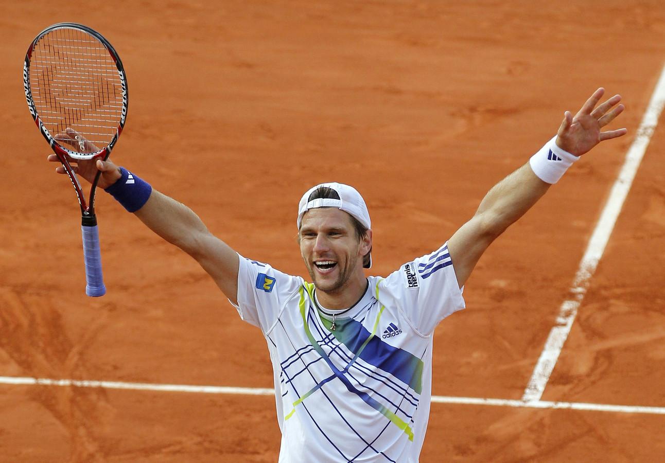 Jurgen Melzer fête sa victoire contre Novak Djokovic en quart de finale de Roland-Garros 2010.