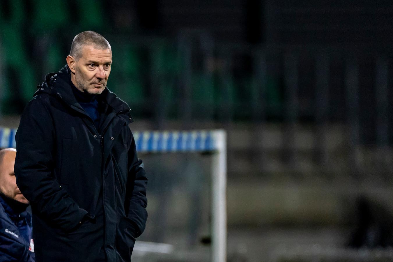 Typerend beeld: FC Dordrecht-trainer Jan Zoutman kijkt bedenkelijk tijdens een wedstrijd van FC Dordrecht.