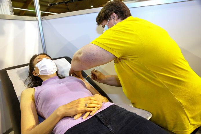 Mensen zijn soms heel bang voor een prik, maar toch komen ze voor een vaccinatie. GGD-artsen en -verpleegkundigen  slepen ze door de procedure heen. Op  de foto verpleegkundige Liesbeth Roijen die patiënte Nanja op haar gemak stelt en ondertussen direct de vaccinatie zet.