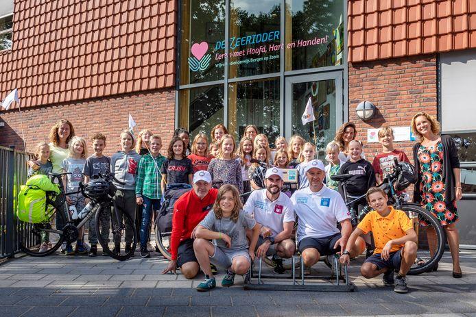 Boris Fourquet,  Xavier Battinger  en Emmanuel Farinelli (vlnr) fietsten in vier dagen, in het kader van een duurzaamheidsproject,  van Ricoh Colmar naar Ricoh Bergen op Zoom als duurzaamheidsproject. Op basisschool de Zeeridder kregen ze een duurzame lunch aangeboden.