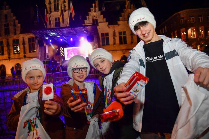 Maarten, Wout, Stan en Lander trakteren de wachtenden op peperkoek.