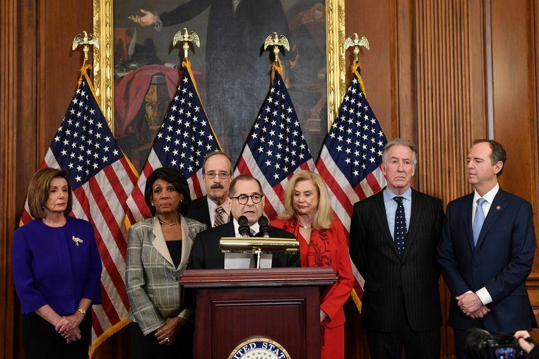 De Democratische top maakt twee impeachmentartikelen bekend, met links de voorzitter van het Huis van Afgevaardigden Nancy Pelosi, en commissievoorzitters Jerrold Nadler (m) en Adam Schiff (r). Beeld AP / Susan Walsh