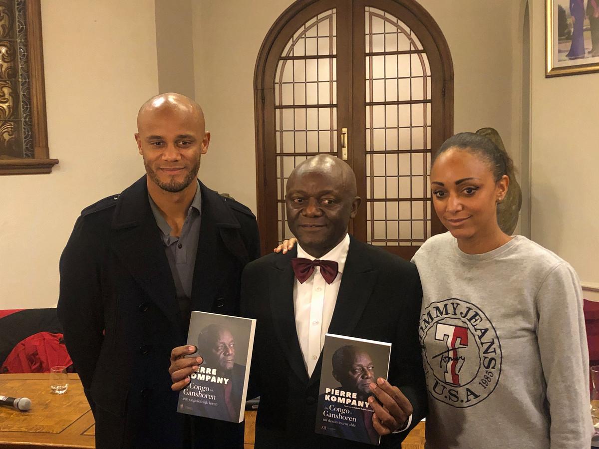 Pierre Kompany samen met zoon Vincent en dochter Christel op de boekvoorstelling gisteren.