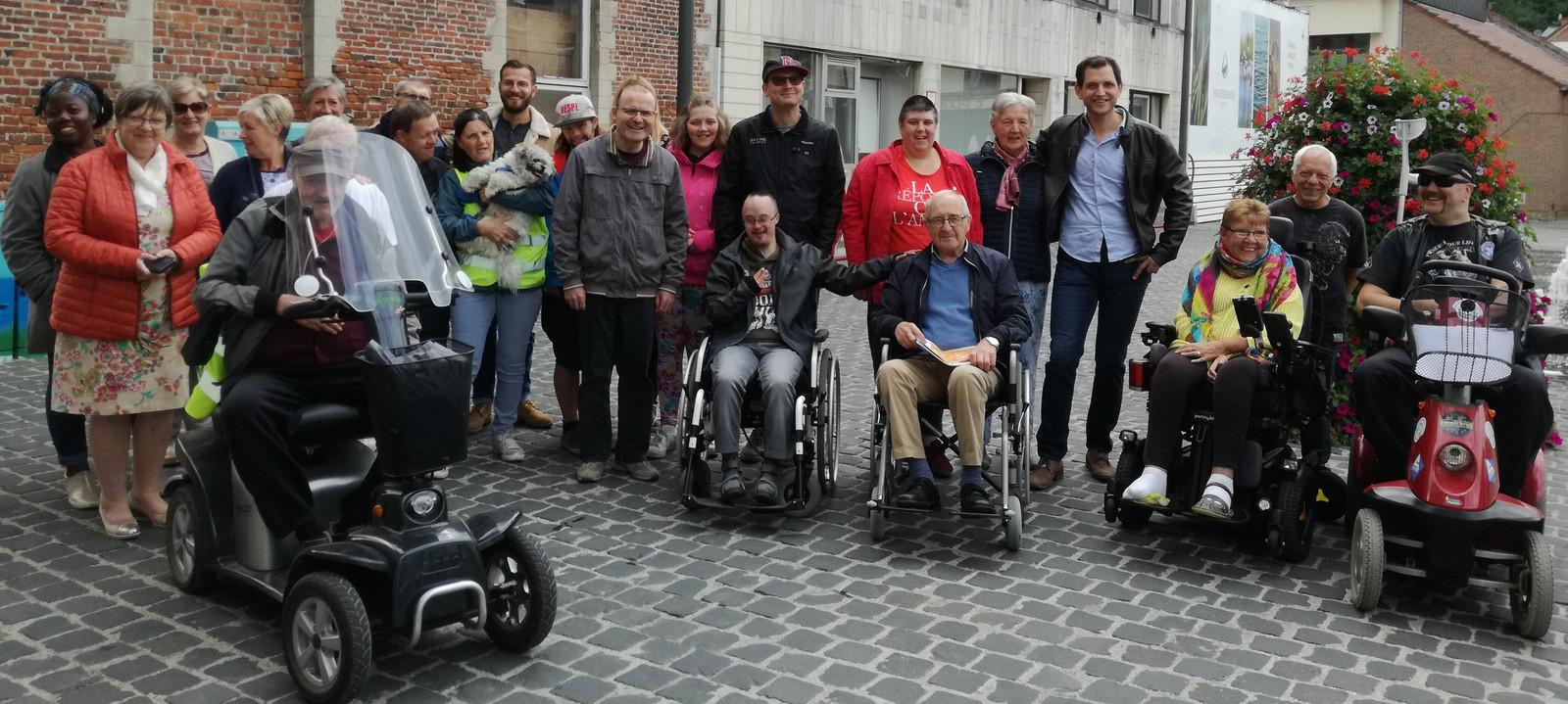 Zo'n 25 mensen namen deel aan de rolstoelwandeling in Diest.
