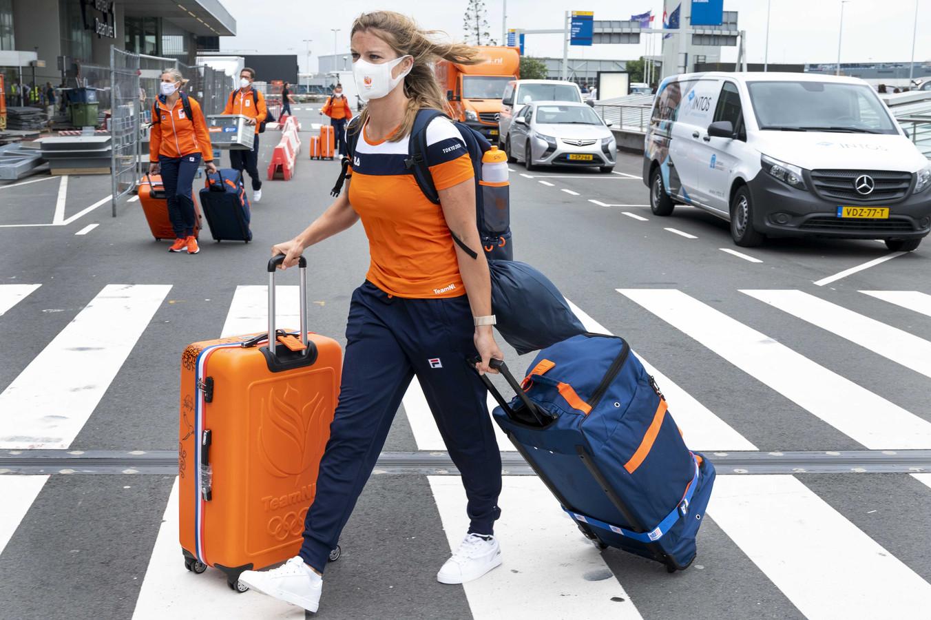 Dafne Schippers bij de vertrekhal van Schiphol. Een gedeelte van de Nederlandse atletiekploeg en de turnvrouwen vliegt naar Tokio om deel te nemen aan de Olympische Spelen.