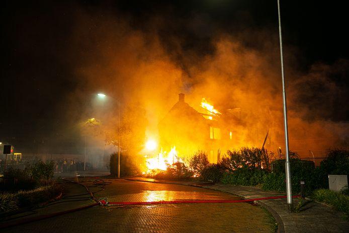De woning en schuur aan de Cotoneasterstraat in Wezep gingen vannacht volledig in vlammen op.