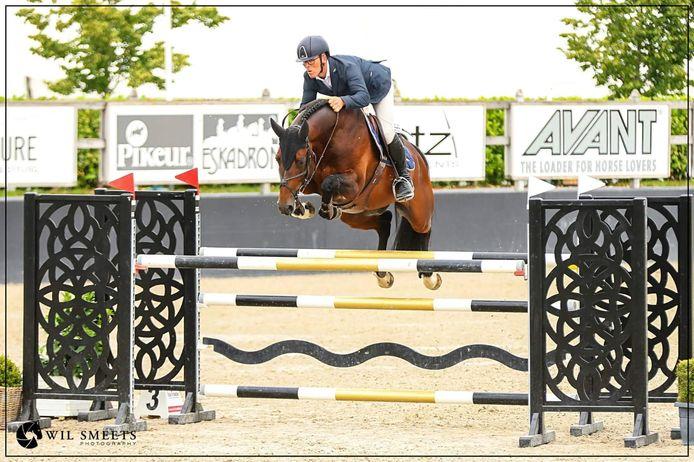 Steven Veldhuis met Je Suis Equus Tame, het paard dat deze week de stal in De Hoeve verliet.