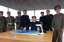 De Noord-Koreaanse leider Kim Jong-un keek toe hoe de raket werd gelanceerd richting Japan.