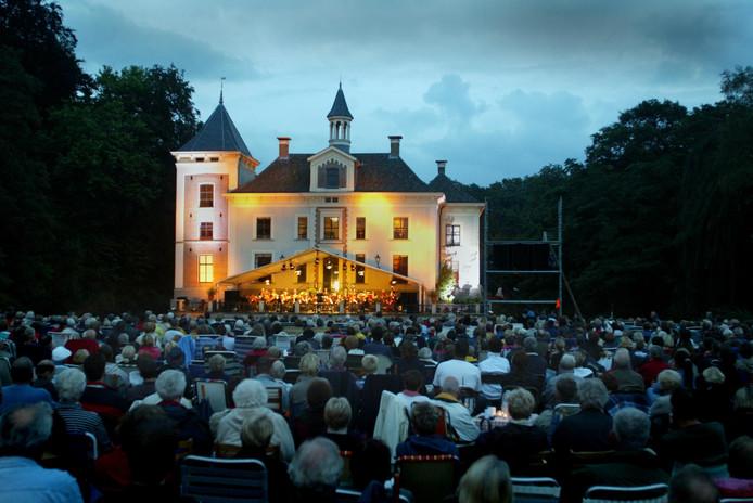Een van de voorgaande edities van het Slotgrachtconcert op De Haere in Olst trok duizenden bezoekers.