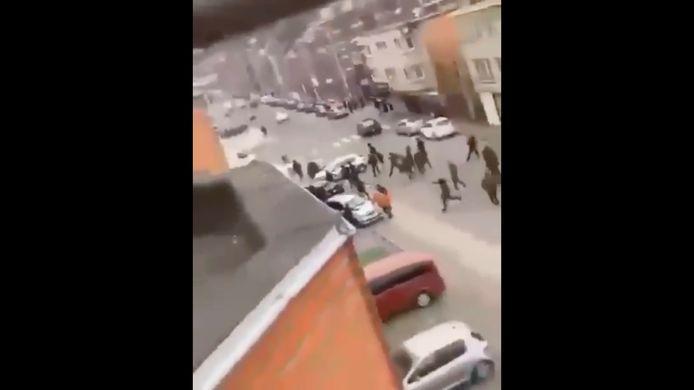 Vendredi aux alentours de 17h00, un trentenaire d'origine tchétchène à bord de son véhicule a été pris à partie par un groupe de personnes cagoulées. Les individus ont utilisé des battes de baseball pour s'en prendre au véhicule. En tentant de fuir, le chauffeur a percuté plusieurs autres véhicules en stationnement avant que l'on fasse feu sur lui.
