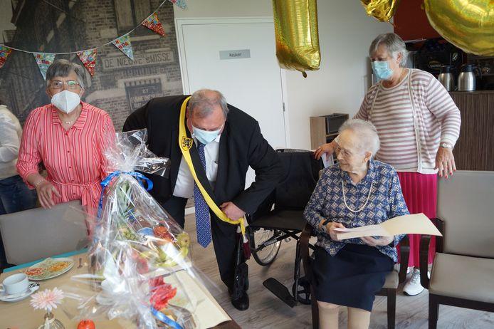 Schepen Dirk Lievens kwam langs in wzc De Hovenier om Madeleine te feliciteren