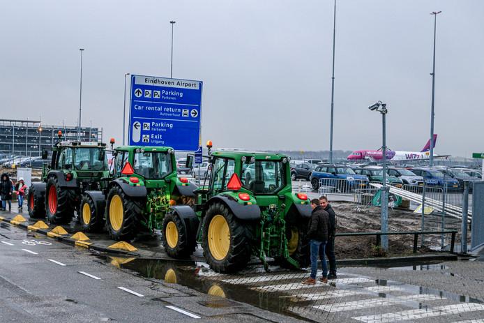 Honderden boze boeren zijn momenteel onderweg naar vliegveld Eindhoven Airport