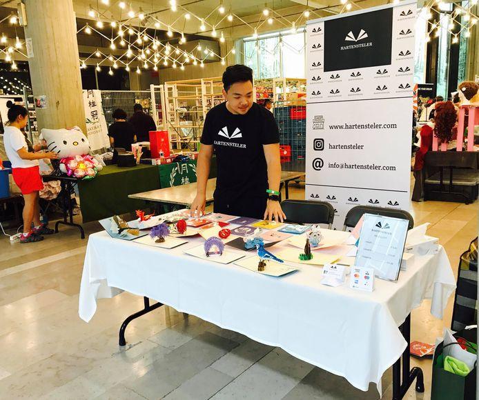 Nattaphat Chatorapumpinyo verkoopt de wenskaarten van Hartensteler op hun eerste event in 2018.