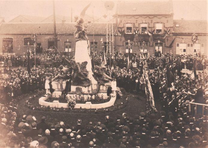 Het oorlogsmonument op het Koning Albertplein, dat in die tijd Stationsplein heette.