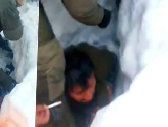 Straffe beelden van bedolven trucker die levend uit lawine wordt gehaald