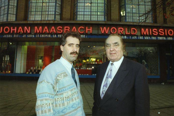 Vader Johan en zoon David Maasbach voor hun World Mission aan de Loosduinsekade in Den Haag, 1992