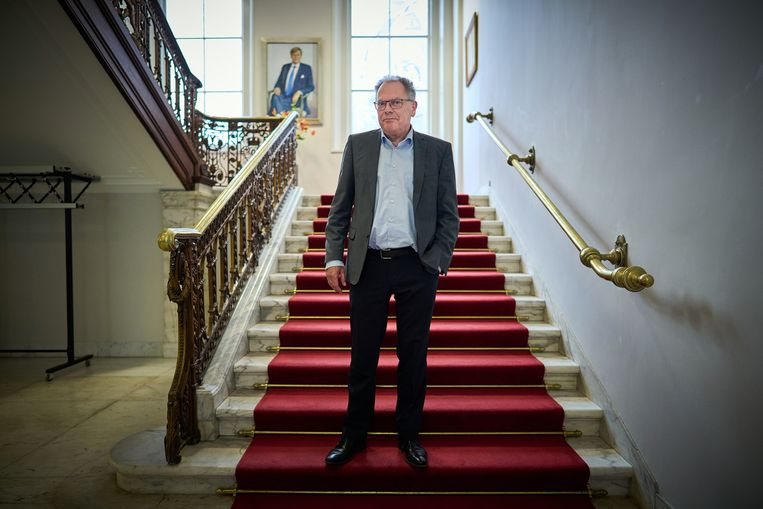Griffier Theo van Toor bij de trap die leidt naar de Stadhouderskamer. Beeld Phil Nijhuis