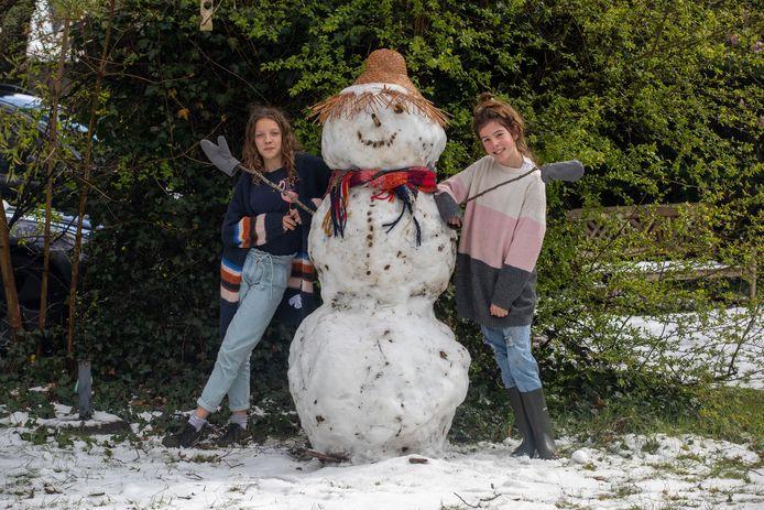 Ook Sam en Flo genieten van de sneeuw door een nieuwe vriend in hun tuin te creëren.