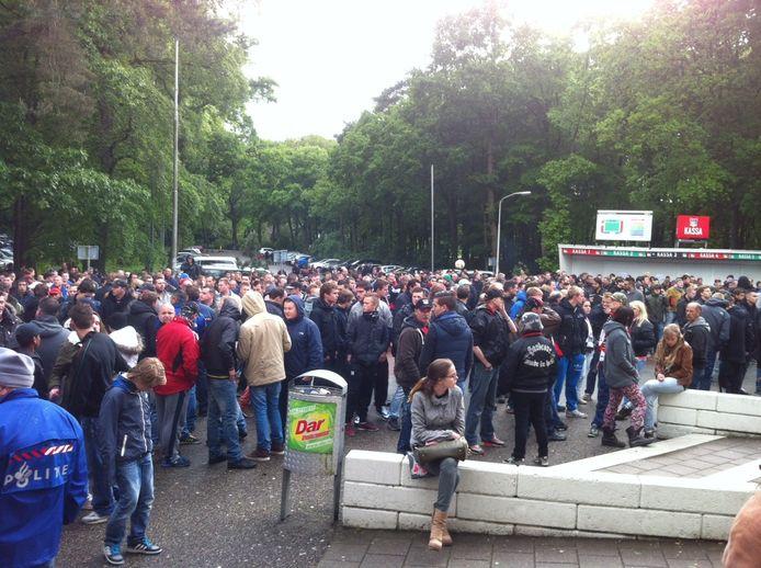 Voor het stadion de kwade NEC-supporters.