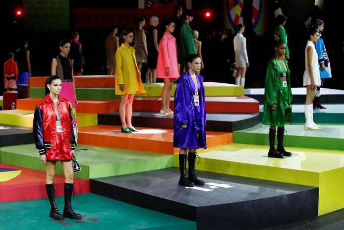 Robes trapèze en vert et orange, gros imprimé papillon, manteau corail et lavande, shorts, mini-jupes et vestes structurées: la collection printemps-été 2022 tranche avec le style habituel de Dior.