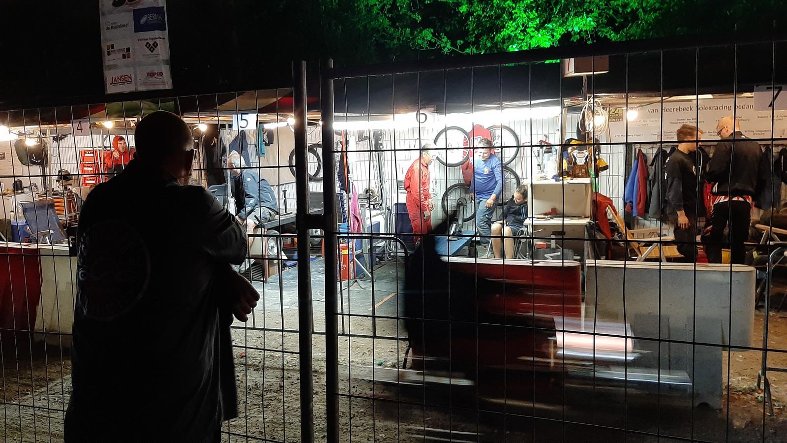 Zaterdagnacht 1 uur: nog een enkele festivalganger hangt tegen het hek bij de pitstraat.