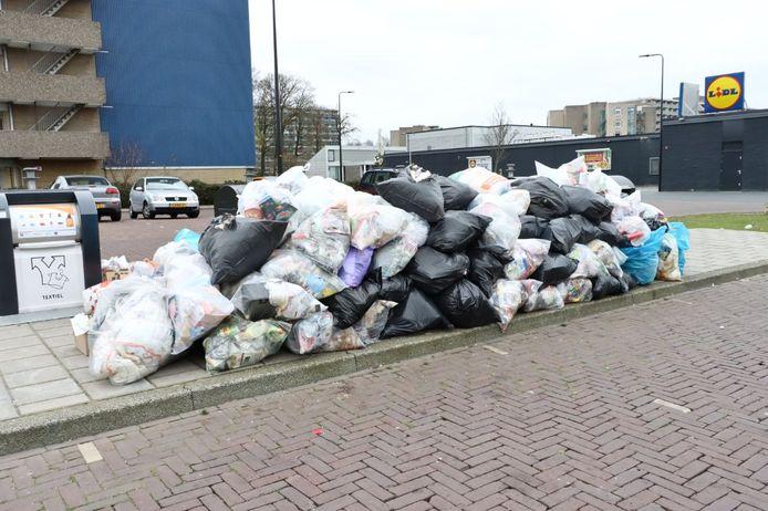 De enorme berg afval aan de Wesseler-Nering bij Winkelcentrum Zuid in Enschede.