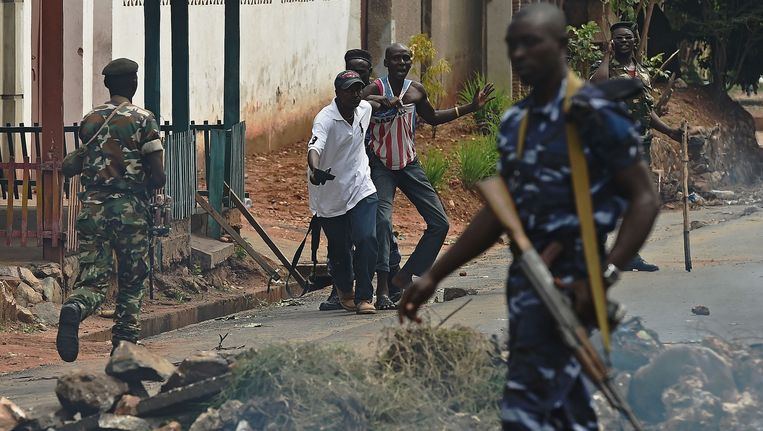 Archiefbeeld mei 2015: een demonstrant wordt opgepakt in Bujumbura. Beeld AFP
