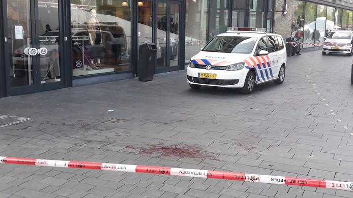 Op het 18 Septemberplein lag veel bloed na de steekpartij.