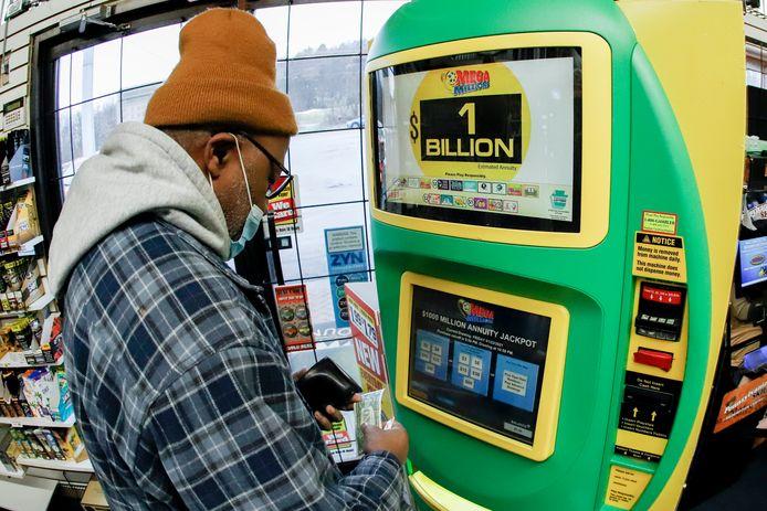 Een man koopt een lot voor de Mega Millions Loterij in de VS.