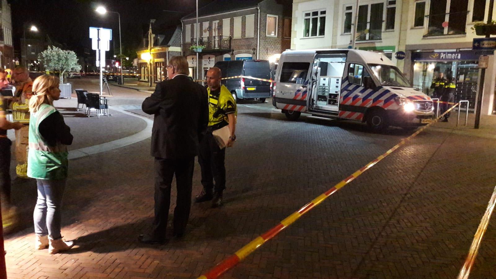 Waarnemend burgemeester Willibrord van Beek laat zich bijpraten over de situatie in Gennep.
