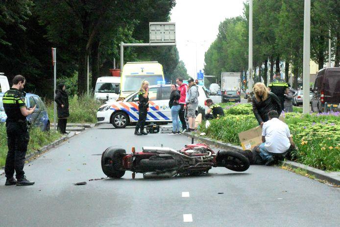 Ongeval op de Erasmusweg tussen een motorrijder en een fietser.