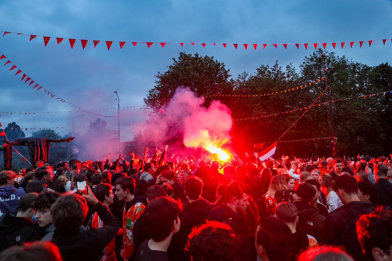 Oranjefeest in Apeldoorn; veel mensen vieren feest na de derde EK-overwinning van Oranje.