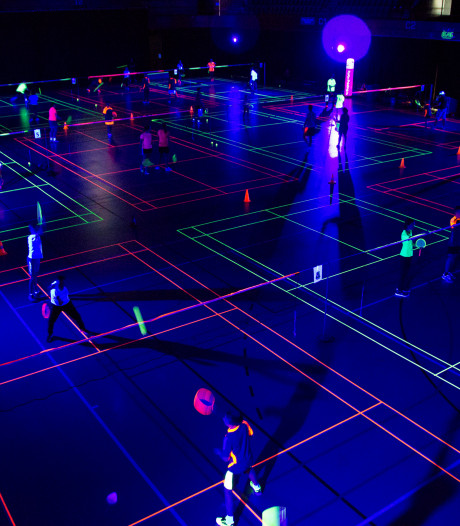 Badminton in blacklight: 'De dropshots vallen net iets anders'