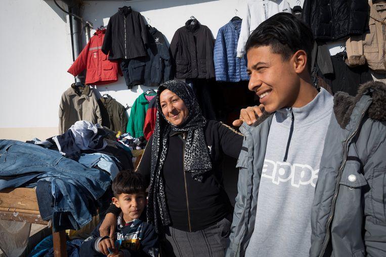 Saida met twee van haar zonen voor haar winkel in Biliana. 'Er is hier niets voor hen.' Beeld Sven Torfinn