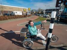 Bergse Renata kan al twee jaar niet bij het knopje van het stoplicht en is het wachten beu
