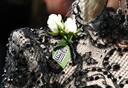 Lady Gaga met een witte roos op haar kanten jurk.