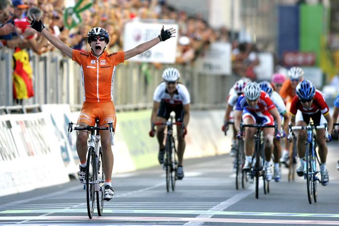 Intense vreugde bij Marianne Vos na haar eerste wereldtitel op de weg in 2006. De toen 19-jarige Vos kwam in Salzburg als eerst over de meet. Ze bleef de Duitse Trixi Worrack en de Engelse Nicole Cook voor.
