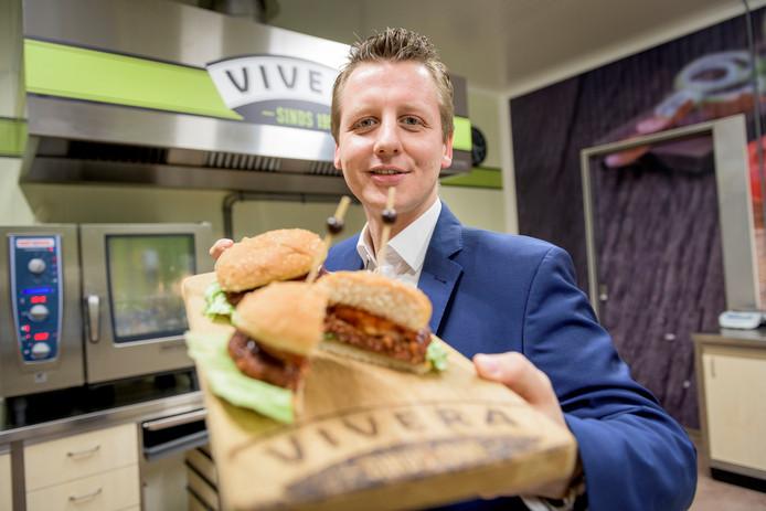 Richard Jansen van Vivera met een nieuwe burger die in de Week zonder Vlees volop verkrijgbaar is.