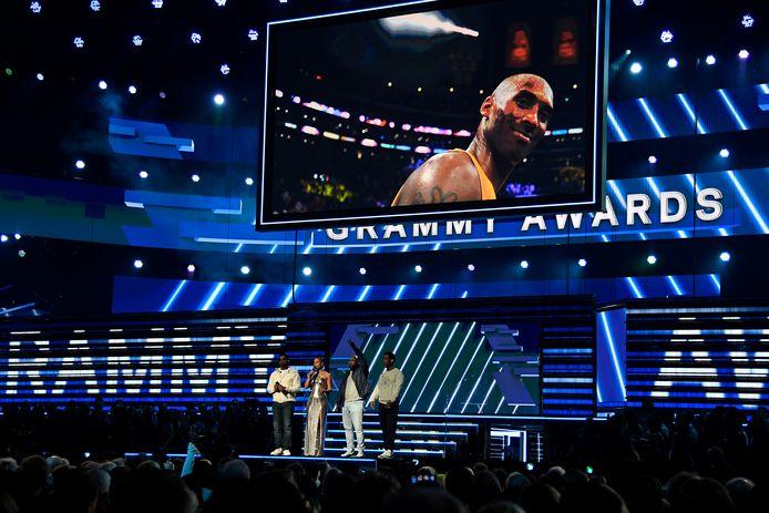 Alicia Keys (tweede van links) en Boyz II Men treden op tijdens de Grammy Awards in Los Angeles. Boven hen een portret van Kobe Bryant.