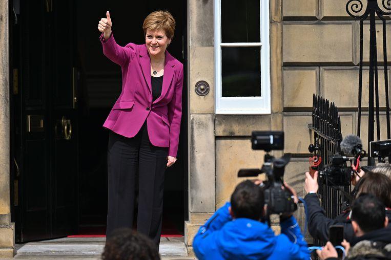Schots premier Nicola Sturgeon toont zich tevreden met de overwinning van haar SNP. Beeld Getty Images