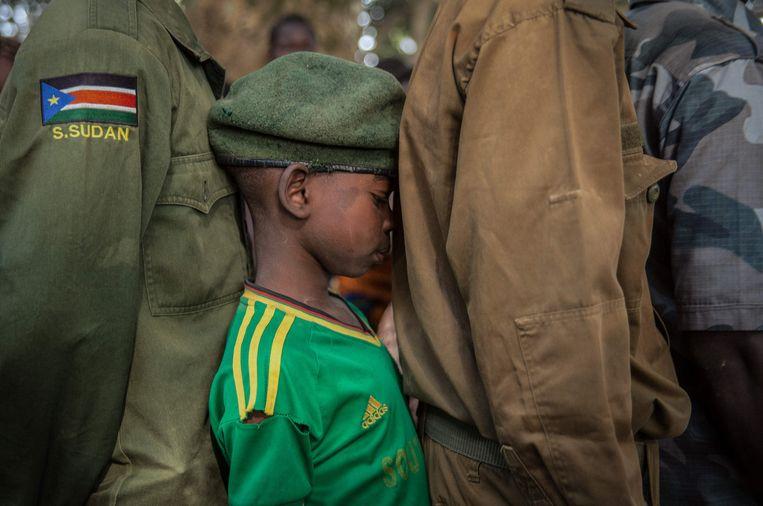 Een voormalig kindsoldaatje wacht op registratie in Zuid-Sudan. Paul Dhuyvetter: