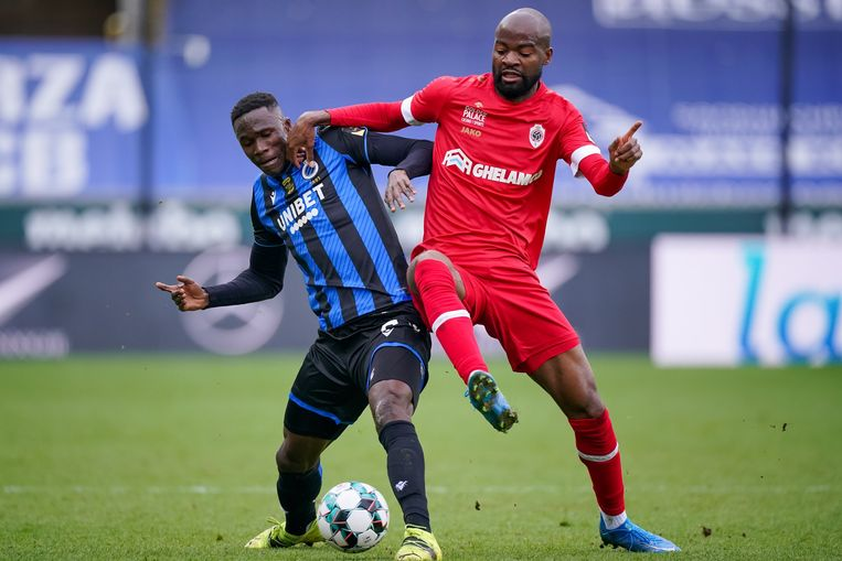 Didier Lamkel Zé in duel met Odilon Kossounou. Beeld Photo News