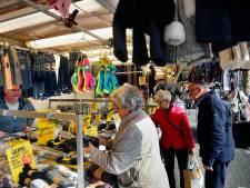 De kledingrekken en bakken met sokken kunnen naar buiten: non-food op de markt mag weer