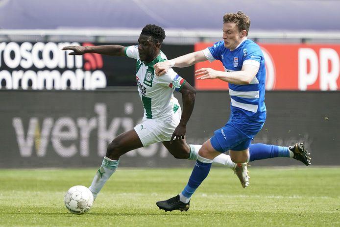 Omdat Rico Strieder - rechts, in duel met Azor Matusiwa - uitviel kreeg routinier Bram van Polen nog een half uur speeltijd tegen FC Groningen.