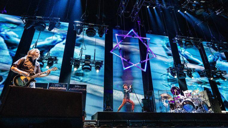 Gitarist Adam Jones, zanger Maynard James Keenan en drummer Danny Carey op 18 juni 2019 in Amsterdam. Beeld Ben Houdijk
