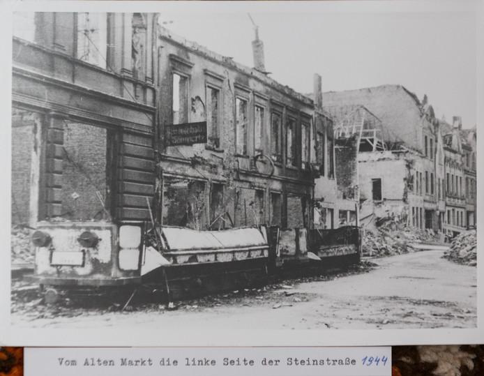 De Steinstrasse in Emmerik na het bombardement in 1944. De foto komt uit de collectie van ooggetuige Herbert Schüürman. Hij was 17 jaar toen zijn stad door Britse bommen werd verwoest.