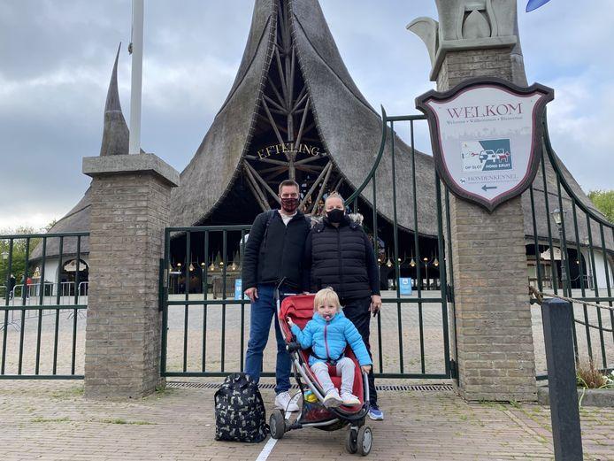 Jeroen Zuidam, Wendy Romunde en hun dochter Jaylinn voor de poort van de Efteling.