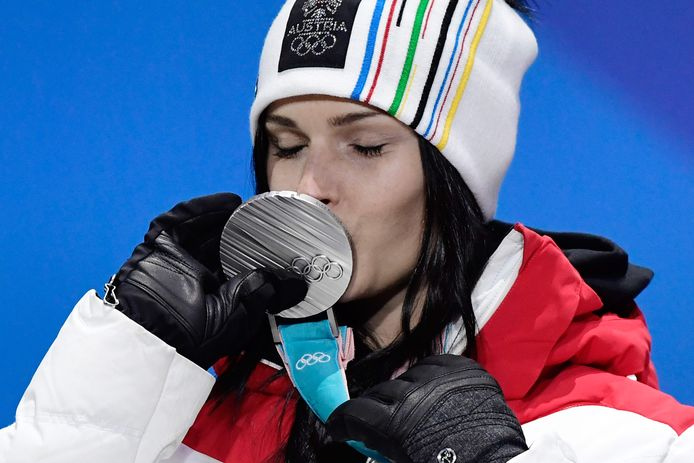 Anna Veith koestert haar zilveren medaille.